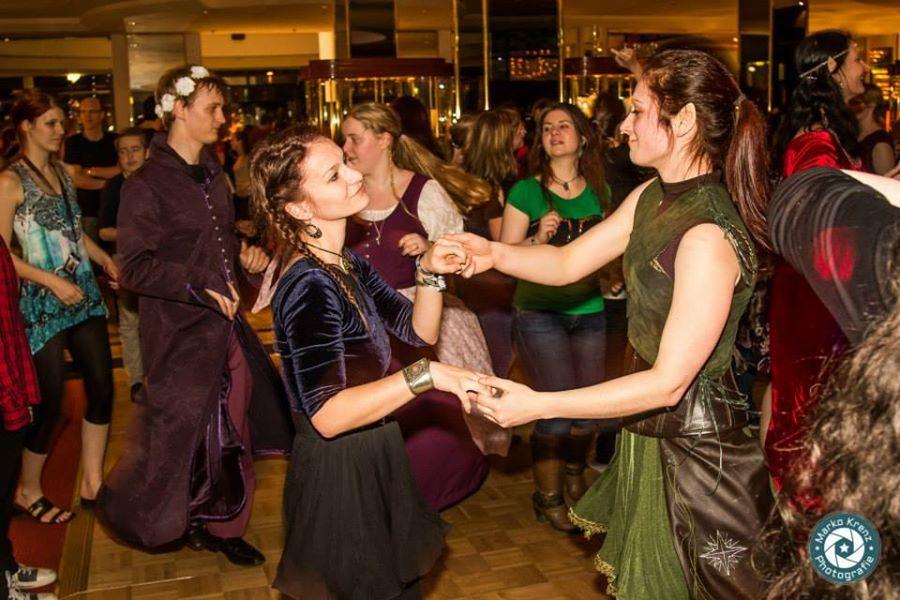 Abendprogramm: Ausgelassene Feier mit Tanz.