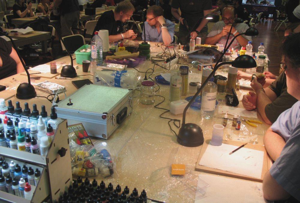 Unter Aufsicht konnte man sich in die Kunst des Miniaturen-Bemalens einführen lassen