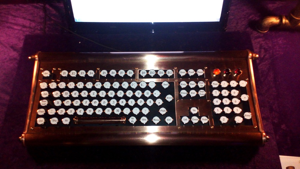 Eine handgefertigte Tastatur im viktorianischem Stil – bei Syrestria.