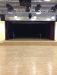 Ein großer Saal samt Bühne. Wofür man das wohl nützen könnte?