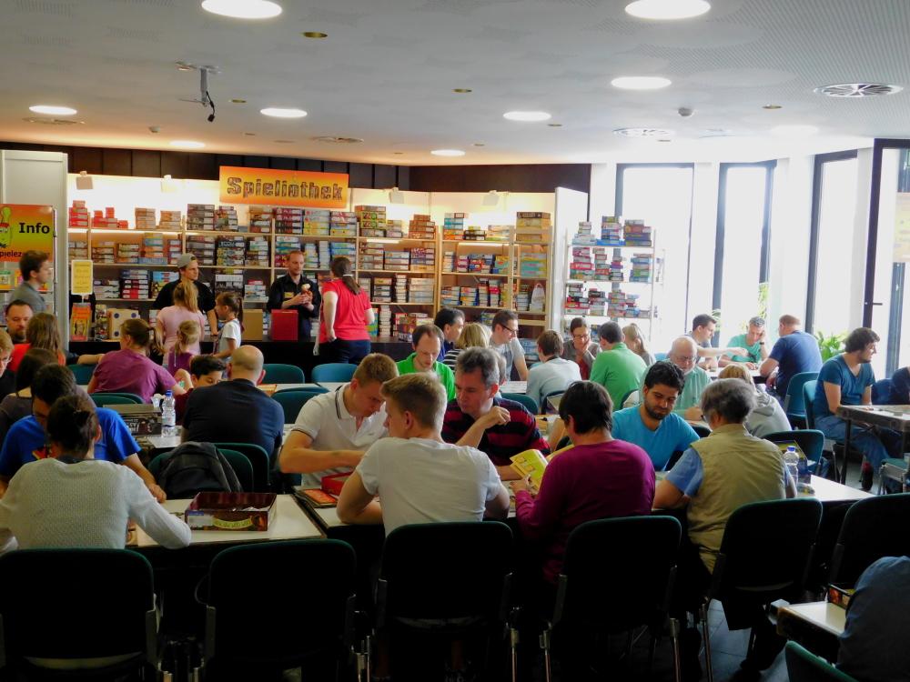 Im Raum der Spieliothek konnte man sich viele Spiele ansehen und losspielen.
